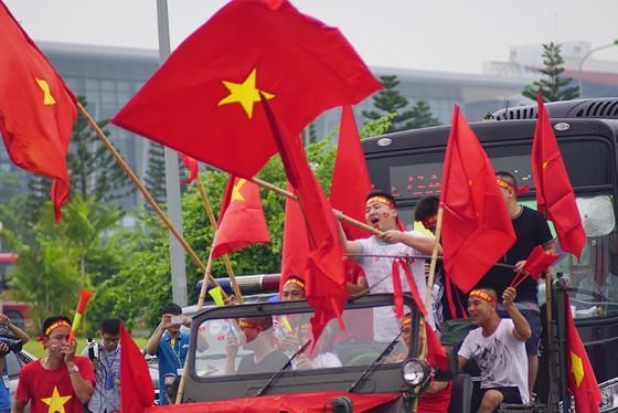 Hàng ngàn người hâm mộ đổ ra đường đón Đoàn thể thao Việt Nam ảnh 25