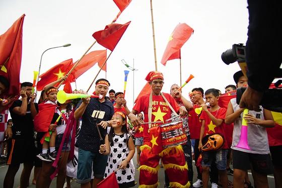 Hàng ngàn người hâm mộ đổ ra đường đón Đoàn thể thao Việt Nam ảnh 23
