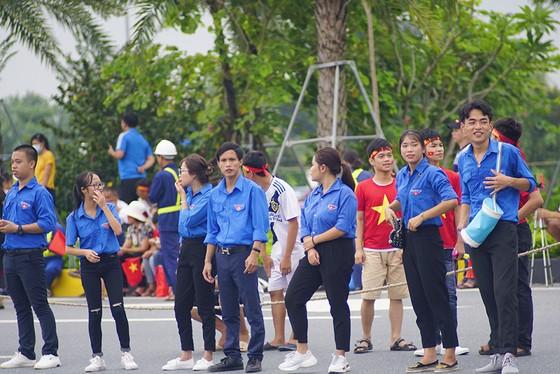 Hàng ngàn người hâm mộ đổ ra đường đón Đoàn thể thao Việt Nam ảnh 26