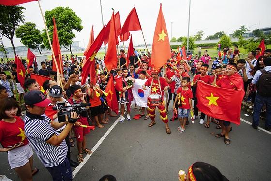 Hàng ngàn người hâm mộ đổ ra đường đón Đoàn thể thao Việt Nam ảnh 31