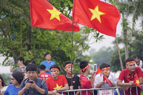 Hàng ngàn người hâm mộ đổ ra đường đón Đoàn thể thao Việt Nam ảnh 29