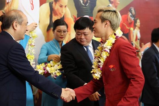 Hàng ngàn người hâm mộ đổ ra đường đón Đoàn thể thao Việt Nam ảnh 13