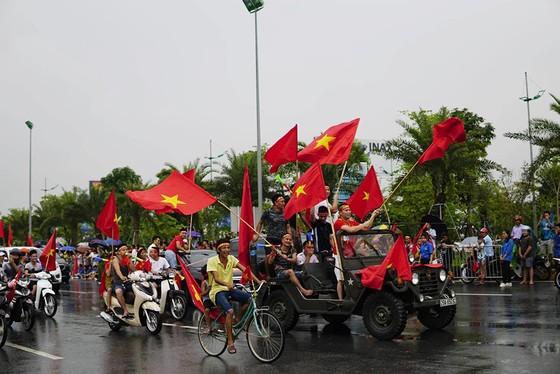 Hàng ngàn người hâm mộ đổ ra đường đón Đoàn thể thao Việt Nam ảnh 35