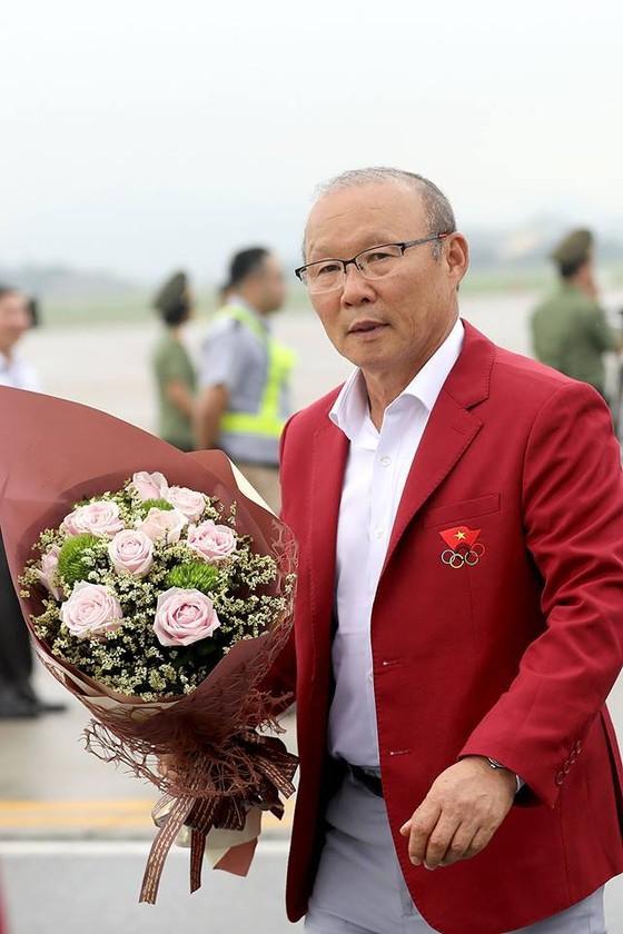 Hàng ngàn người hâm mộ đổ ra đường đón Đoàn thể thao Việt Nam ảnh 16