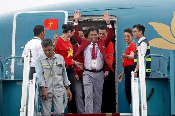 Hàng ngàn người hâm mộ đổ ra đường đón Đoàn thể thao Việt Nam ảnh 1