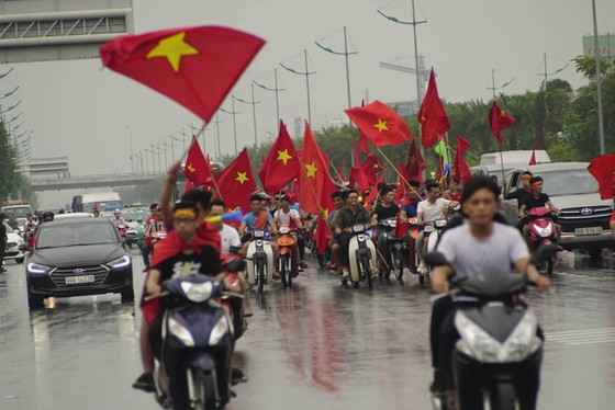 Hàng ngàn người hâm mộ đổ ra đường đón Đoàn thể thao Việt Nam ảnh 38