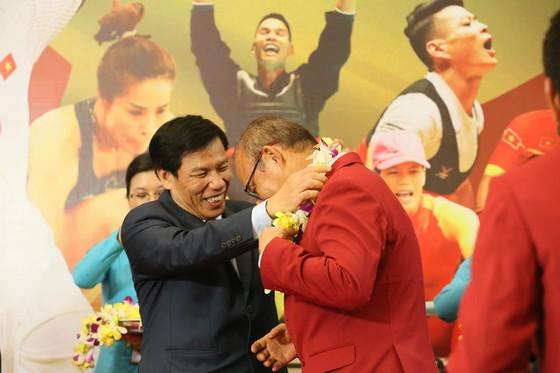 Hàng ngàn người hâm mộ đổ ra đường đón Đoàn thể thao Việt Nam ảnh 10