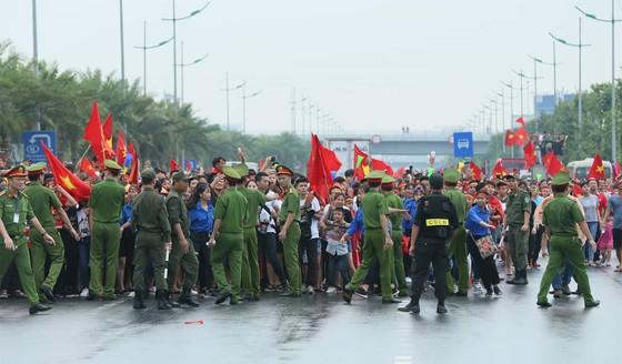 Hàng ngàn người hâm mộ đổ ra đường đón Đoàn thể thao Việt Nam ảnh 18