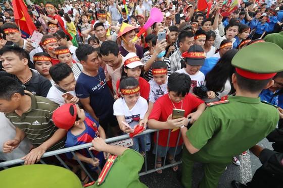 Hàng ngàn người hâm mộ đổ ra đường đón Đoàn thể thao Việt Nam ảnh 20