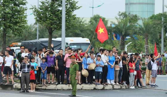 Hàng ngàn người hâm mộ đổ ra đường đón Đoàn thể thao Việt Nam ảnh 41