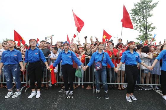Hàng ngàn người hâm mộ đổ ra đường đón Đoàn thể thao Việt Nam ảnh 42