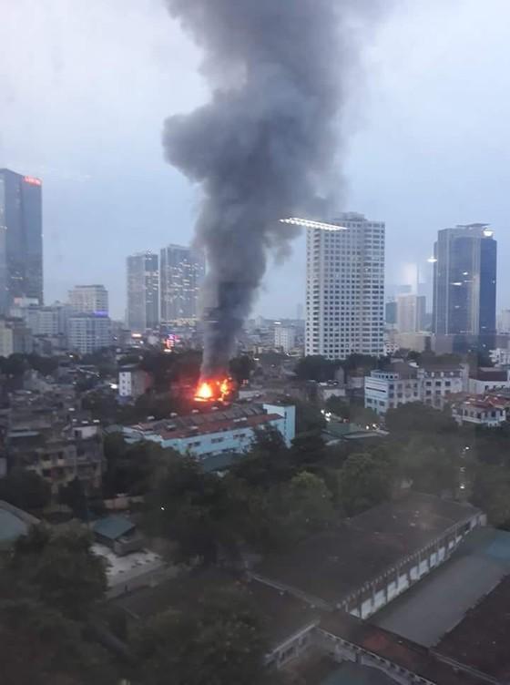 Đã dập tắt đám cháy lớn cạnh Bệnh viện Nhi Trung ương  ảnh 1
