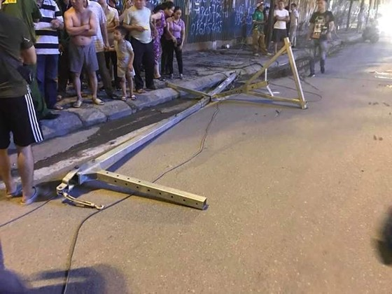 Một nạn nhân tử vong do cần cẩu rơi tời trên đường Lê Văn Lương, Hà Nội ảnh 1