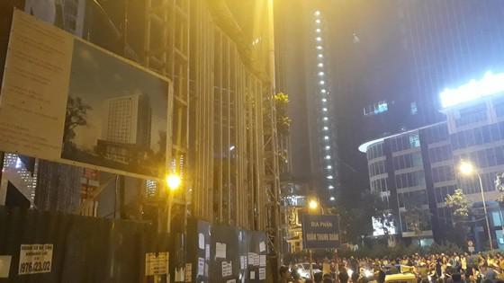 Một nạn nhân tử vong do cần cẩu rơi tời trên đường Lê Văn Lương, Hà Nội ảnh 4