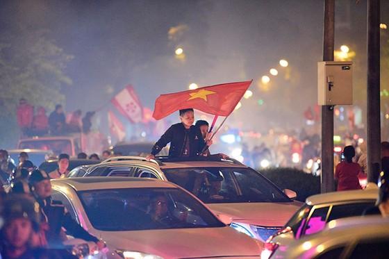Những cách cổ vũ chỉ có ở Việt Nam dành cho tình yêu bóng đá ảnh 9