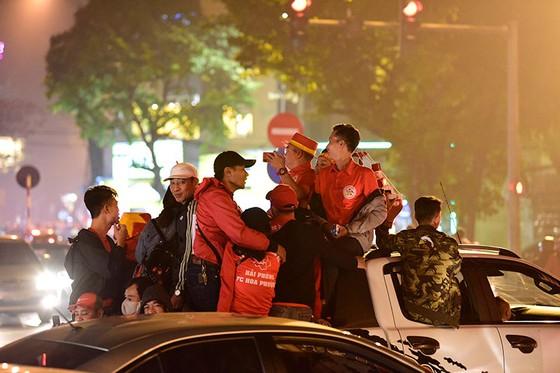 Những cách cổ vũ chỉ có ở Việt Nam dành cho tình yêu bóng đá ảnh 12