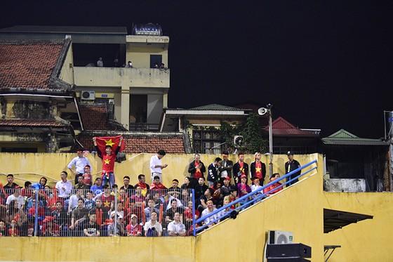 Những cách cổ vũ chỉ có ở Việt Nam dành cho tình yêu bóng đá ảnh 4