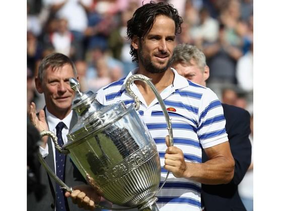 Feliciano Lopez ôm chiếc cúp vô địch Aegon Championships