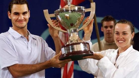 Hingis (phải) dạy cho Federer cách thắng giải đấu đầu tiên