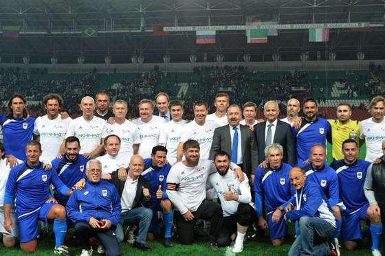 Mừng sinh nhật Putin, Ronaldinho sát cánh cùng Kadyrov ảnh 2