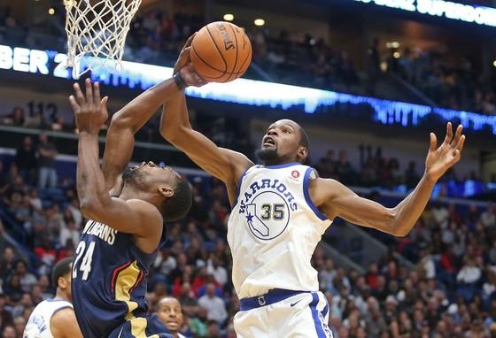 Kevin Durant (áo trắng) của Warriors trong một pha tranh bóng bật bảng