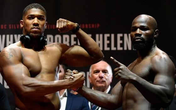 Anthony Joshua (trái) sẵn sàng cho trận thăng knock-out thứ 20