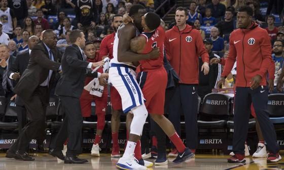 Green và Beal choảng nhau trong trận Warriors thắng Wizards ảnh 1