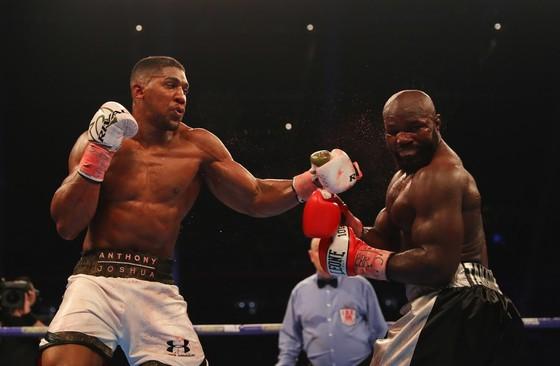 Anthony Joshua (trái) đánh gục Carlos Takam bằng knock-out kỹ thuật