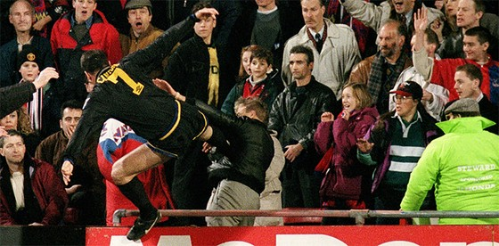 Tung cước kiểu Cantona, Evra đối mặt án phạt nặng ảnh 1