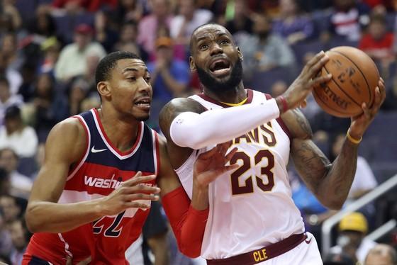 LeBron James (phải) đã ghi được đến... 57 điểm