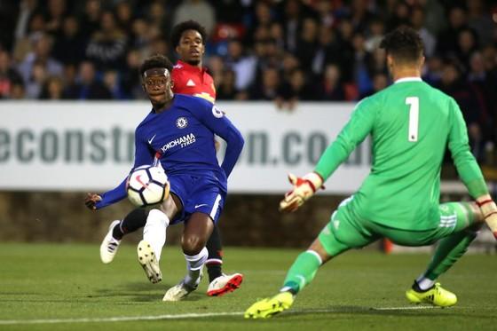 Callum Hudson-Odoi ký hợp đồng chuyên nghiệp đầu tiên với Chelsea