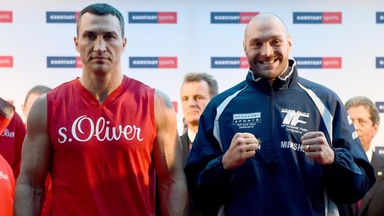 Tyson Fury (phải) trước trận đấu với Vladimir Klitschko hồi năm 2015