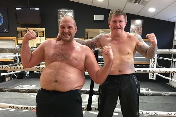 Tyson Fury khoe bụng mỡ bên cạnh Ricky Hatton