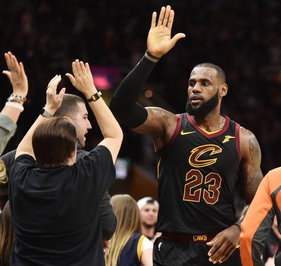 NBA 2017-2018 - Westbrook, Curry và James tỏa sáng giúp đội nhà giành chiến thắng ảnh 2