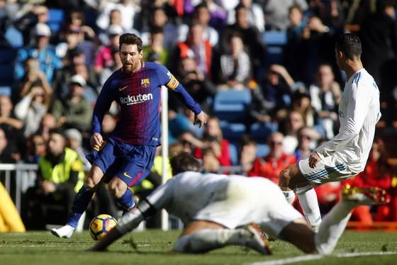 Chỉ còn 1 chiếc giày, Messi vẫn kiến tạo cho Vidal ghi bàn, khiến Marcelo và Ramos ngã sấp mặt ảnh 1