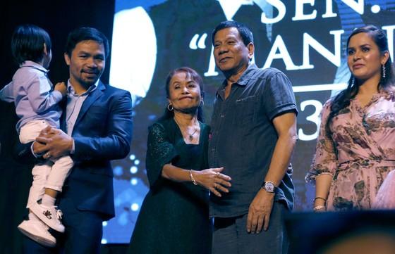 Manny Pacquiao (trái) và Tổng thống Philippines Rodrigo Roa Duterte (thứ 2 từ phải sang)