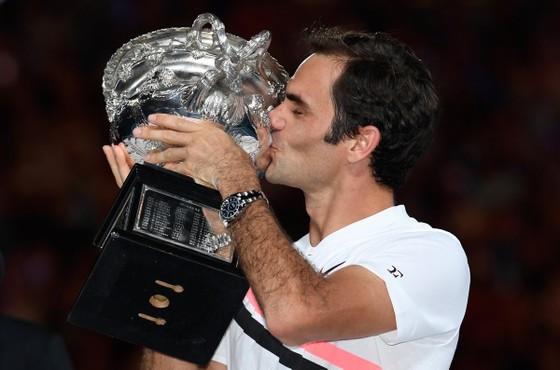 Roger Federer sung sướng hôn chiếc cúp vô địch Australian Open 2018