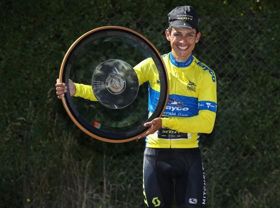 Esteban Chaves và chiếc cúp vô địch Herald Sun Tour