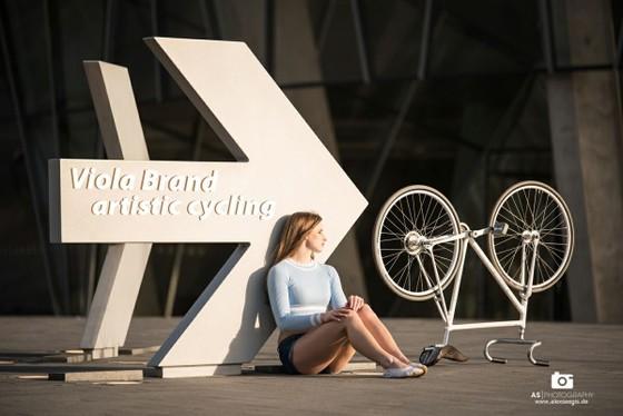 Xe đạp nghệ thuật: Viola Brand, mỹ nhân kỳ ảo trên ngựa sắt ảnh 4
