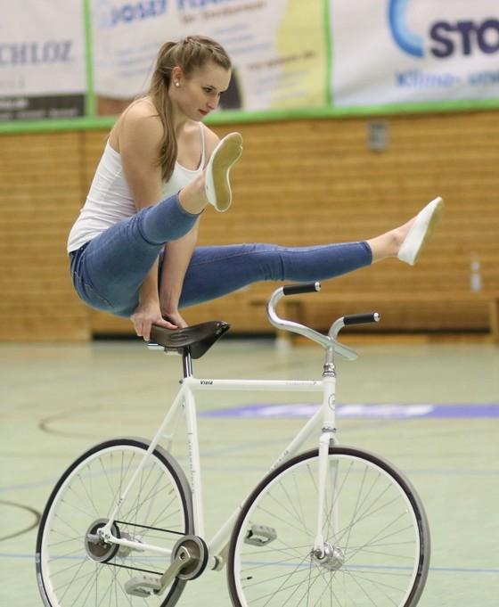 Xe đạp nghệ thuật: Viola Brand, mỹ nhân kỳ ảo trên ngựa sắt ảnh 2