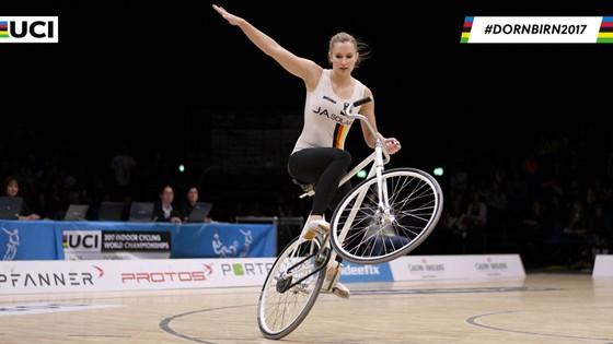 Xe đạp nghệ thuật: Viola Brand, mỹ nhân kỳ ảo trên ngựa sắt ảnh 9