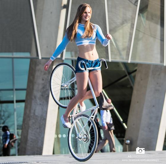 Xe đạp nghệ thuật: Viola Brand, mỹ nhân kỳ ảo trên ngựa sắt ảnh 6