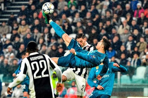 """""""Thánh Ibra"""" thách Ronaldo ghi cú xe đạp chổng ngược từ… 40 mét ảnh 1"""