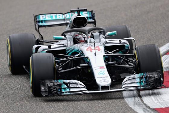 Xe của Lewis Hamilton trên đường đua tập tại Shanghai International Circuit