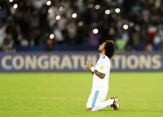 Sau mỗi bàn thắng, Marcelo đều hướng mắt lên trời để tưởng nhớ về ông nội Pedro