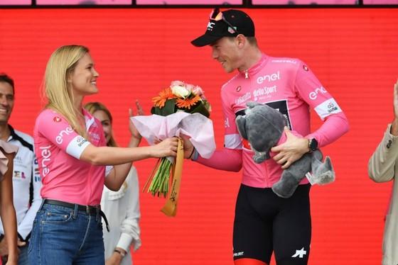 Giro d' Italia 2018: Viviani thắng chặng 2, Dennis tạm tiếp quản Áo hồng ảnh 1
