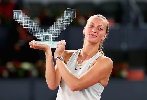 Petra Kvitova giương cao chiếc cúp vô địch Mutua Madrid Open