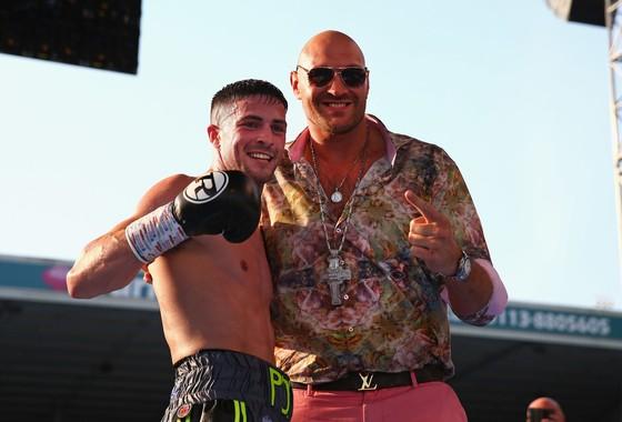 Tyson Fury (phải) trong một sự kiện trước công chúng gần đây