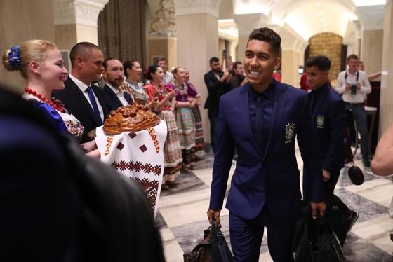 """Hình ảnh các đội tuyển đến với nước Nga tươi đẹp - Ronaldo bị """"quây"""" ảnh 2"""