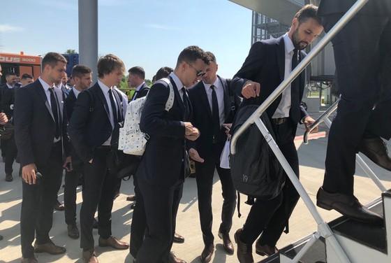 """Hình ảnh các đội tuyển đến với nước Nga tươi đẹp - Ronaldo bị """"quây"""" ảnh 8"""